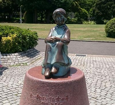 「赤い靴はいてた女の子」像 (横浜市山下公園内)