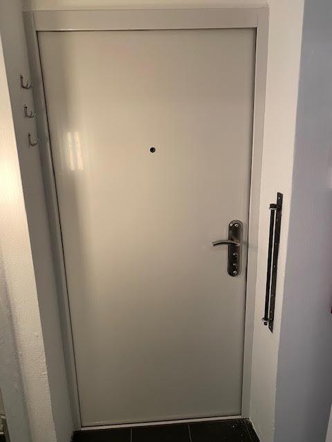 Innenansicht der Tür nach dem Einbruchsversuch