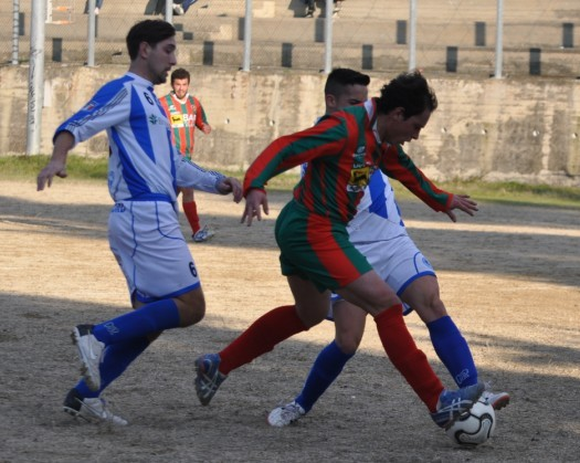 Nella foto l'entrata REGOLARE sulla palla di Manuel Romano (trasferitosi all'Ursus) su Luca Lalli (Elicese),  ma Labrecciosa decreta il calcio di rigore, realizzato dallo stesso attaccante rossoverde (1-0).