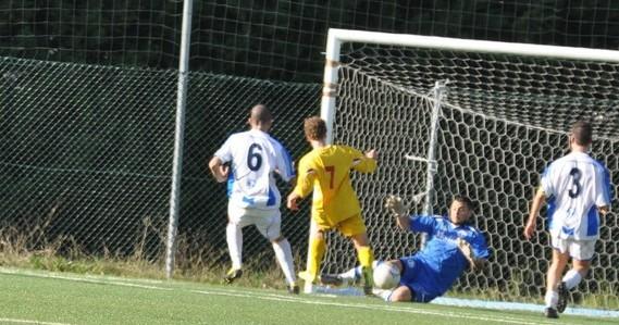 Nella foto Lorenzo Di Giovanni al 33'pt salva il risultato sullo 0-0 su incursione di Passi