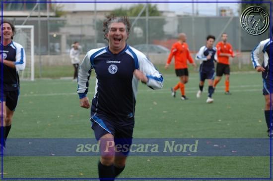 Esultanza di Alessandro Lippo dopo il primo storico gol della Pescara Nord (2008)