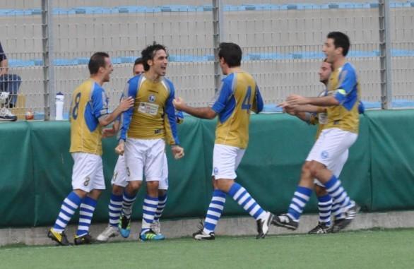 Nella foto Massimiliano Di Blasio festeggiato dai compagni dopo la rete del definitivo 1-1