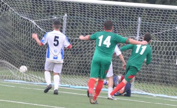 NElla foto il gol 2-3 realizzato da Laliscia del Casoli, su azione di calcio d'angolo