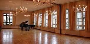 Die Aula steht allen Klassen für festliche Anlässe zur Verfügung. Hier werden Theaterstücke aufgeführt, Konzerte gegeben und Feste gefeiert. Auch die Informations-Veranstaltungen für die Eltern werden in diesem schönen Saal durchgeführt. A
