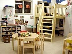 """Hier sehen Sie die Mittagsbetreuung. Alle Räume des """"Jugendheims"""" stehen den """"Regenbogenhopsern"""" zur Verfügung. Hier finden die Kinder, die nicht sofort nach dem Unterricht nach Hause gehen können, Platz zum Ausruhen oder Spielen."""