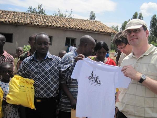 Ralf Klaes und der stellvertretende Schulleiter zeigen ein T-Shirt aus Rheinbach.