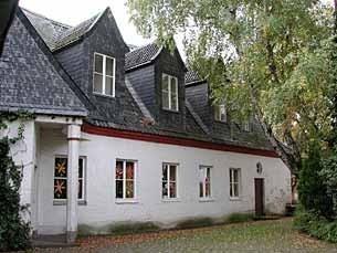 Das Gebäude der  Mittagsbetreuung steht unmittelbar neben dem Hexenturm, d.h. neben der alten Rheinbacher Burg. Im Sommer findet man dort immer ein kühles Plätzchen.
