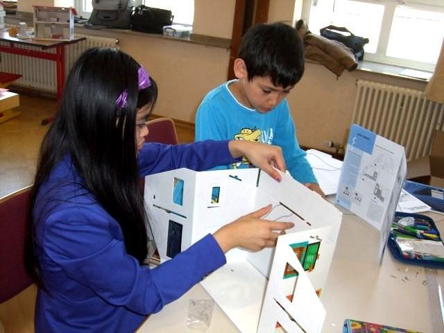 Ein Grundschüler hatte das Glück, mit seiner Schwester  zusammen  arbeiten zu können.