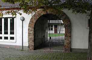 Durch dieses Tor erreichen  unsere Schüler den hinteren Schulhof. In früherer Zeit war dies ein Zugang zum  Wirtschaftshof der Rheinbacher Burg.
