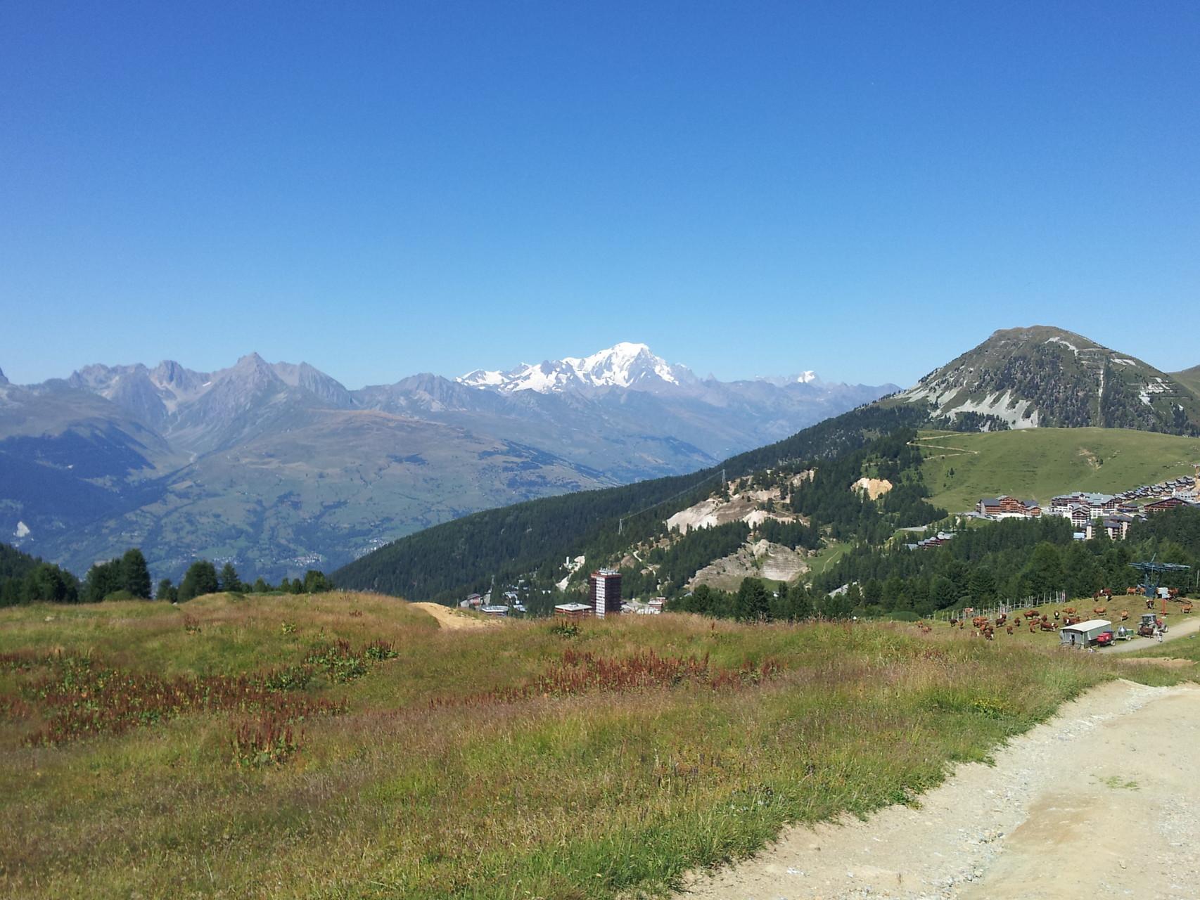 Randonnée avec vue sur le Mont Blanc (au fond) et le mont Saint-Jacques (à droite).