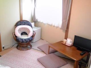 入院の部屋(TV、冷蔵庫、ティファールポット、マグカップなど備えています)