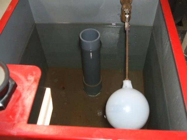 消防設備 消火栓呼水槽点検中