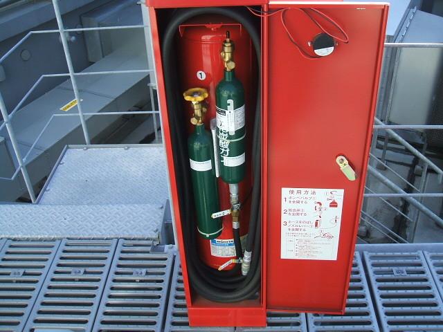 消防設備 移動式粉末消火設備点検中