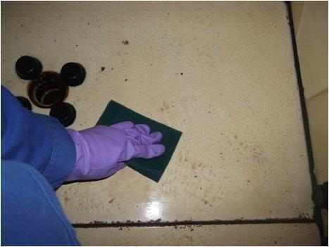 貯水槽床面清掃中