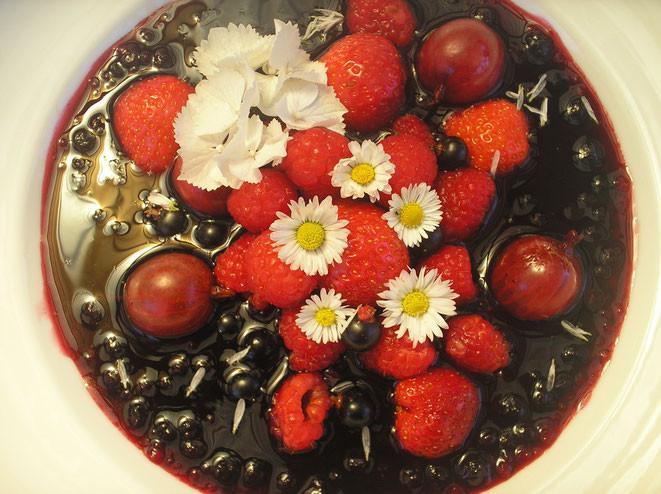 Beeren - Kaltschale mit Erdbeeren, Stachelbeeren und Gänseblümchen