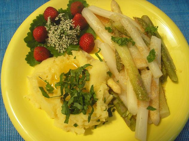 Spargel mit Wildkräuter-Kartoffelbrei und Erdbeeren