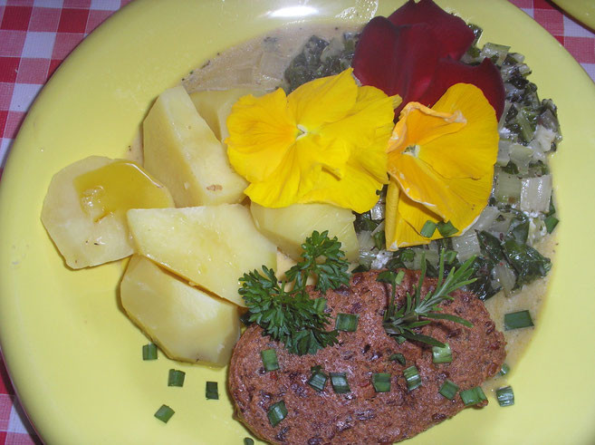 Grünkern-Nuss-Tofubratling mit Mangoldgemüse, Kartoffeln und Stiefmütterchen