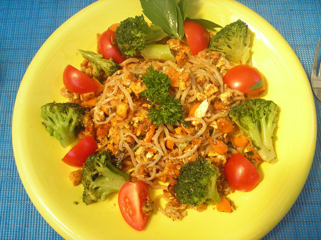 Gebratene Konjaknudeln mit Tofu, Brokkoli und Tomaten