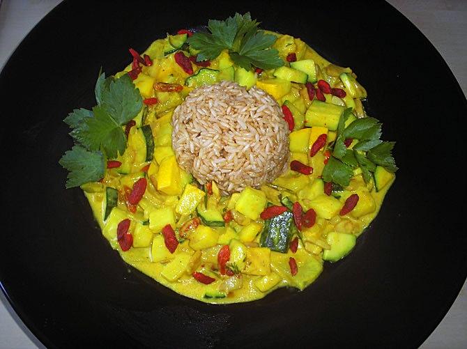 Zucchinigemüse mit Goji-Beeren und Naturreis