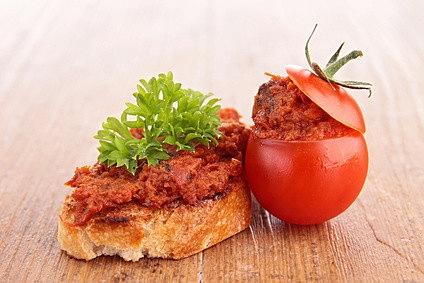 Tomaten-Kichererbsen Aufstrich mit gefüllter Tomate