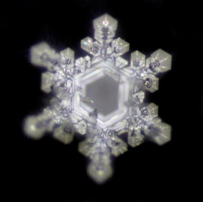 Wassermolekül unter dem Mikroskop in Sternenform hexagonale Struktur