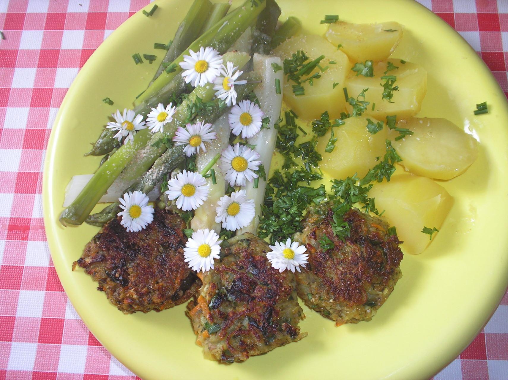Gemüse-Bratlinge mit Spargel und Kartoffeln
