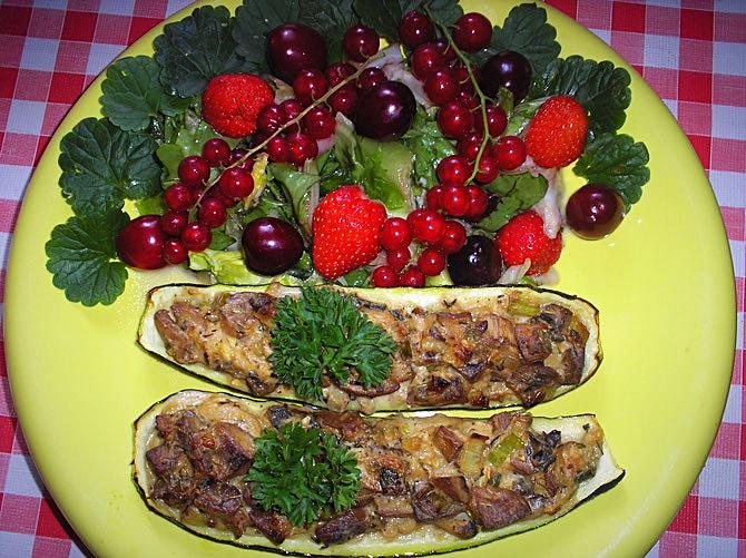Zucchini gefüllt mit Pilzen und sommerlichen Beeren