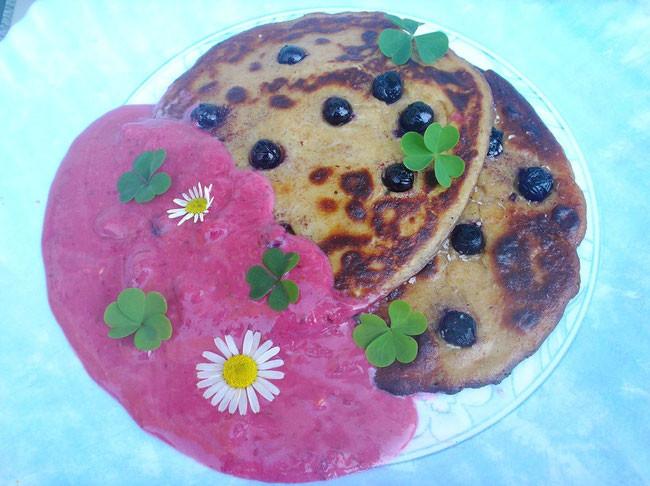 Aronia - Pancakes mit Brombeersauce und Waldsauerklee