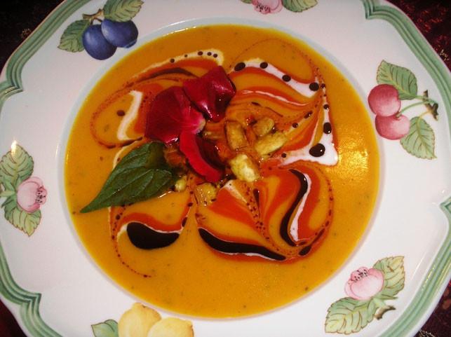 Herbstliche Kürbis-Hagebutten-Suppe mit Tofuwürfel