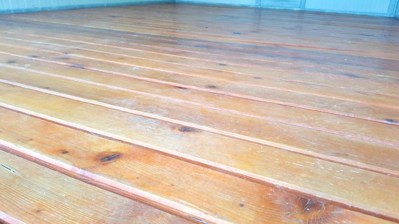 Pavimentazione dei box in legno, sollevato da terra per una maggiore pulizia ed areazione