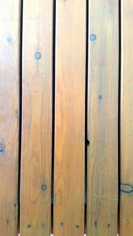 Con la pavimentazione in legno i cani non hanno il problema di scivolare e stanno asciutti con un maggiore igiene  perché la pavimentazione è rialzata da terra