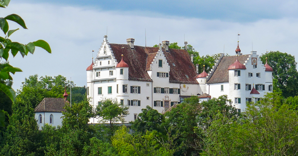 das Schloss Altenklingen; vorne links die Wiborada-Kapelle