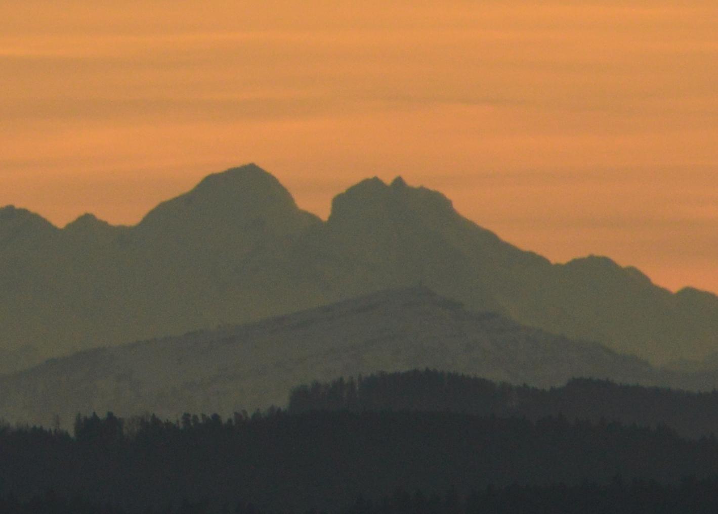 links der Mönch, rechts Eiger und Jungfrau, darunter die Rigi