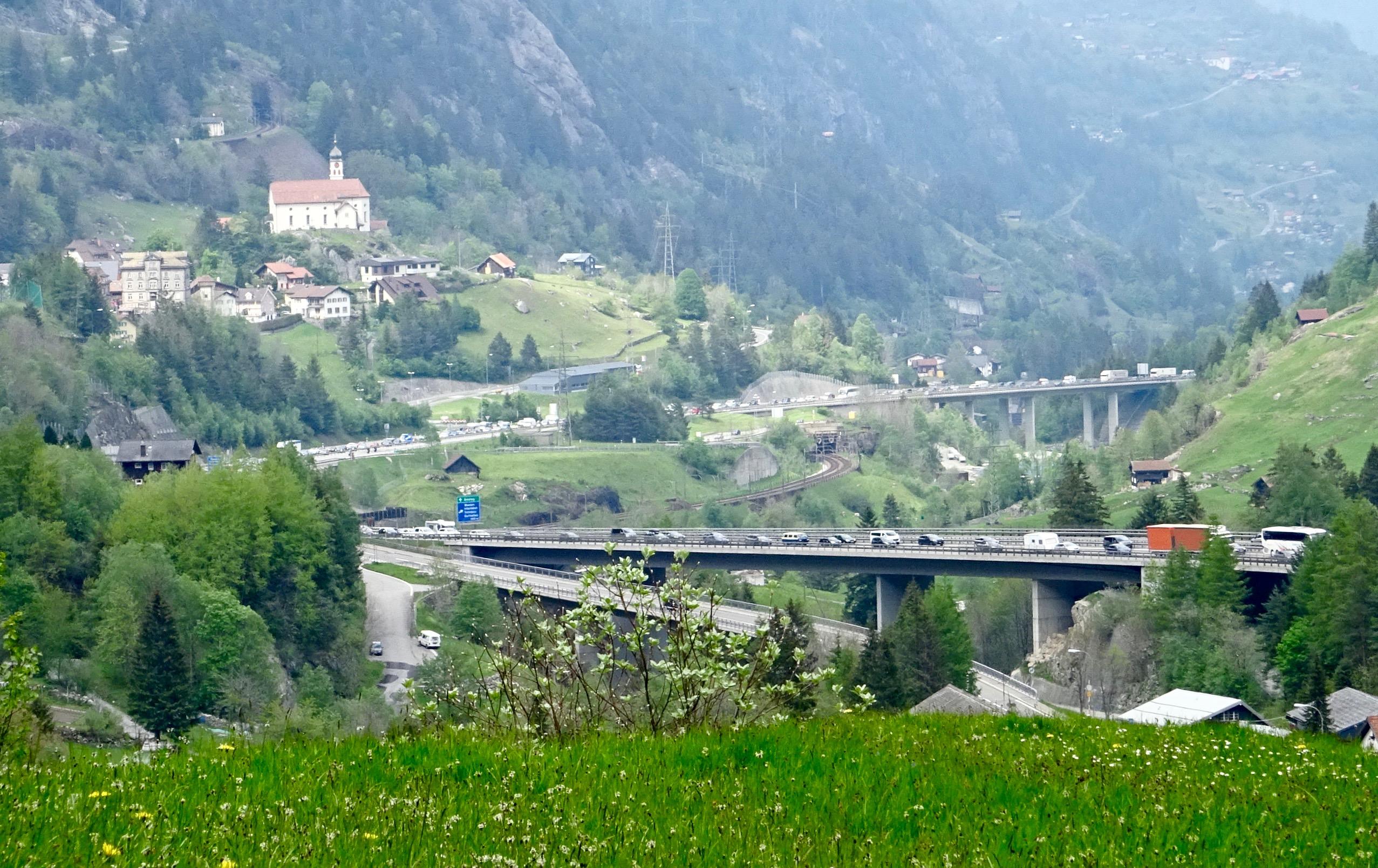 wir waren wohl nicht viel langsamer als diese Autofahrer im Gotthardstau!