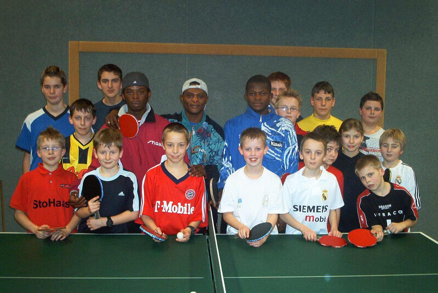 Adedapo Akiode 5.v.l.), ehemaliger Jugend-Afrikameister, trainierte Anfang der 2000er Jahre den Hülser Tischtennis-Nachwuchs.