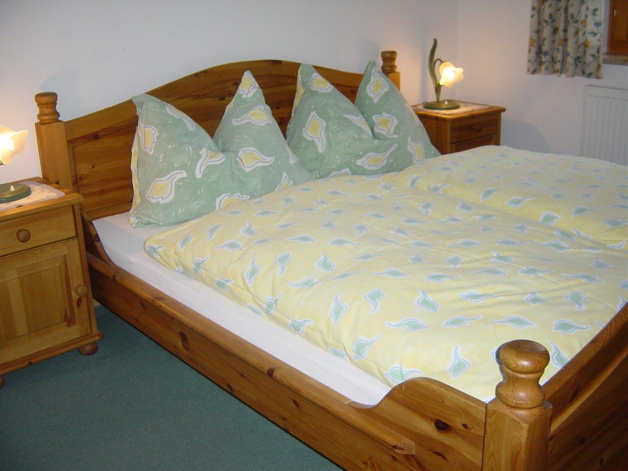 Zwei Schlafzimmer mit Doppelbetten.