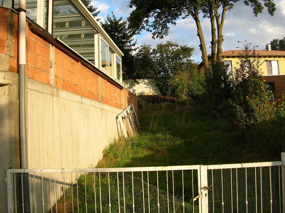 rechts vom Haus
