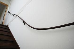 この曲線と茶色のサビ色がとても素敵なスチール壁手すり
