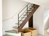 【大阪】階段ささらの上へ取付けた、特殊な階段手摺