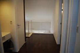 白壁に白鉄が同化して、空間を広くみせるシンプルなスチールフェンス