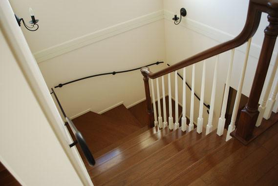 深い階段、アイボリーのクロス、アイアン手すりの黒
