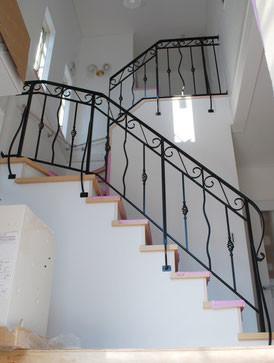 前段装飾アイアンでしあげたゴージャスな階段手すり