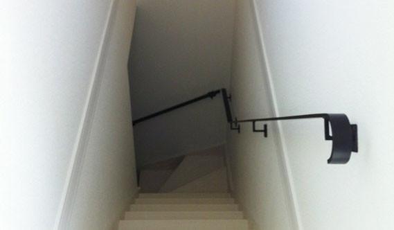 階段の流れに合わせて、モダンなシンプルスチール手すりがいい感じ!
