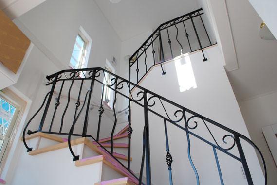 ヨーロッパのお城風にロートアイアン手すりを階段に取り付けました