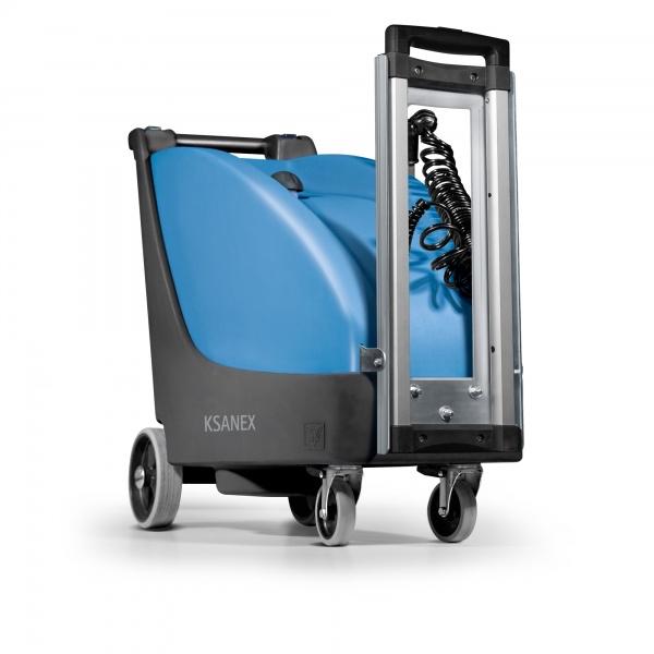 KSANEX B Attrezzatura per la sanificazione dei piccoli ambienti  KSANEX è un apparecchio destinato alla nebulizzazione in ambienti chiusi di prodotti sanificanti. L'erogazione del prodotto avviene in forma tale da garantire una permanenza prolungata e diffusa degli stessi nell'aria così da raggiungere e sanificare tutte le superfici presenti. Con KSANEX si può eseguire anche la sanificazione di impianti di condizionamento sia con impianto in funzione oppure spento. La bassa pressione dell'erogazione evita il rischio di danneggiamenti meccanici che potrebbero insorgere con l'immissione di getti violenti di aria compressa.  Sanifica ovunque con la versione a batteria. Consente di muoversi liberamente in luoghi in cui non si ha unapresa di corrente vicina, ad esempio in ampie sale congressi o cinema, per disinfettare le poltrone, oppure la zona d'ingressoesterna di negozi, farmacie, supermercati o ristoranti. La versione a batteria di KSANEX semplifica la sanificazione anche all'interno dei mezzi di trasporto come autobus, treni o metropolitane.