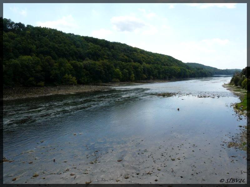 La Dordogne au niveau du pont de Lalinde. Site du saut de la Gratusse autrefois si dangereux pour les gabarres.