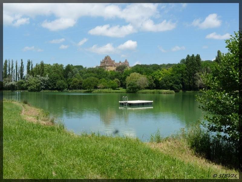 Etang du Ligal et Chateau de Lanquais. Ouverture de la baignade à partir du 24/06. A voir : le chateau bien sur, la pêcherie toute neuve à l'aval de l'étang et le village dont le patrimoine est classé.