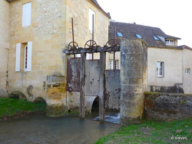 Moulin de Laussine sur le Couzeau, commune de Varennes
