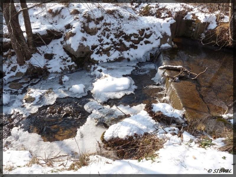 Le Ségurel en février 2012, la glace semble vouloir enfermer le ruisseau, mais malgré les - 15 ° le cours d'eau n'est pas complètement gelé et continu de se frayer un chemin.