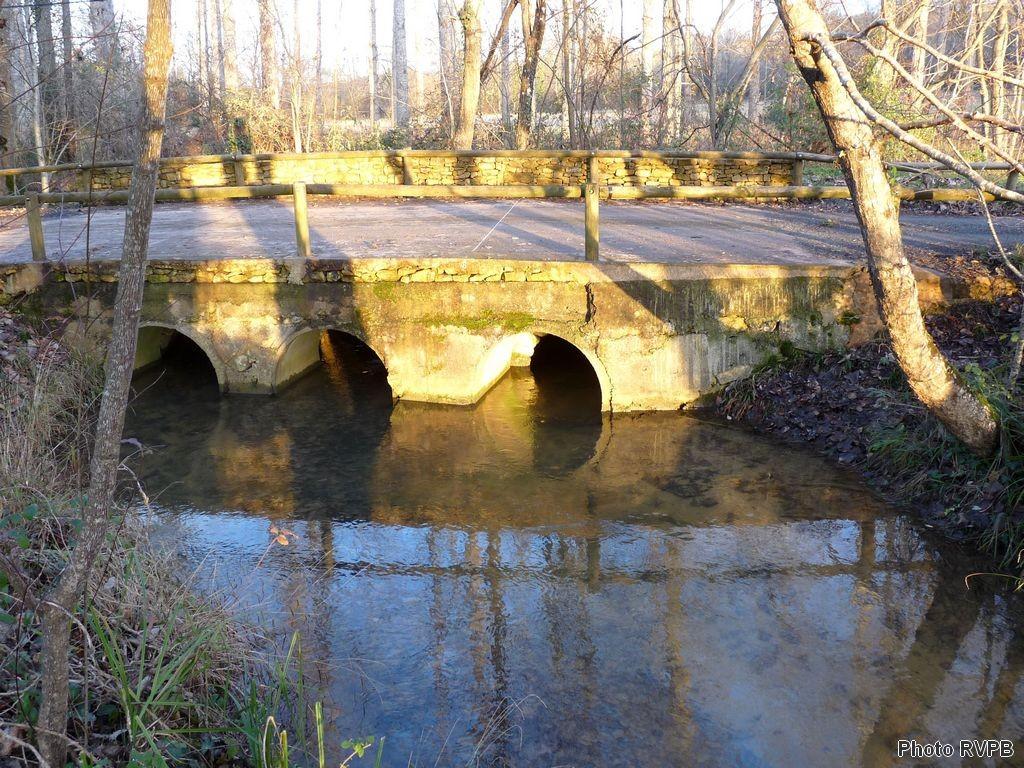 La Louyre amont, ponts à plusieurs arches à Sainte Alvère